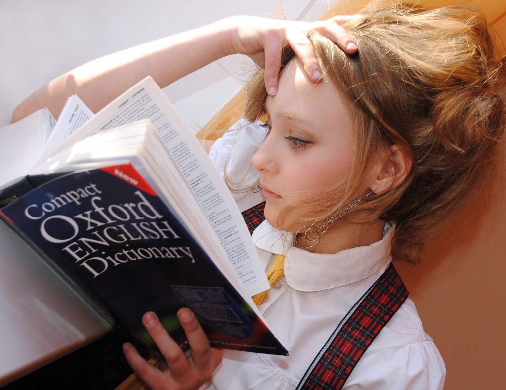 studentessa con dizionario in mano