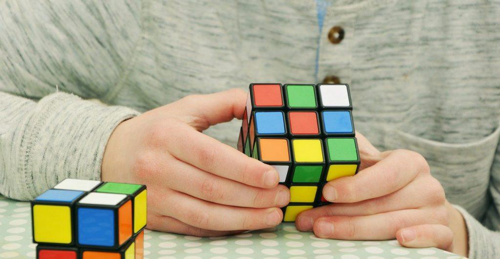 cubo di rubik, persona concentrata
