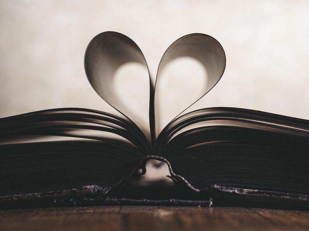 libro con pagine arricciate a forma di cuore