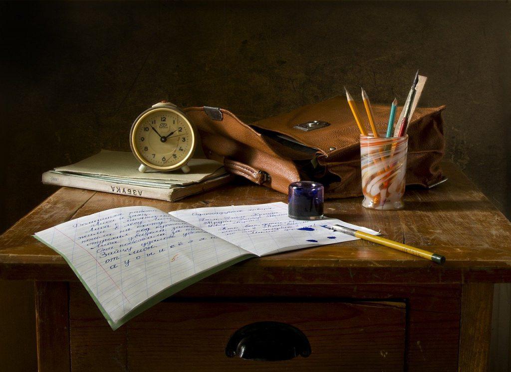 banco di studio con calamaio