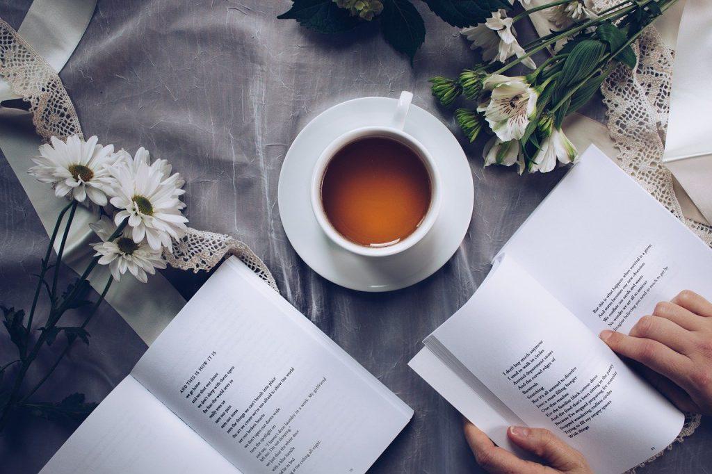 lettura con the sulla scrivania